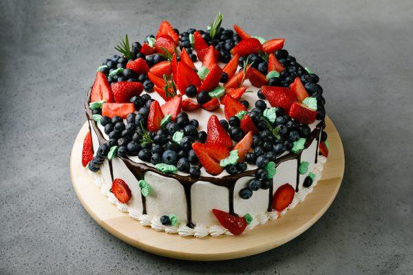 Торт с клубникой и черникой